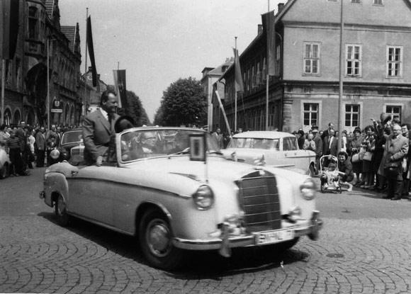 Willi Brandt im weissen Mercedes Cabrio