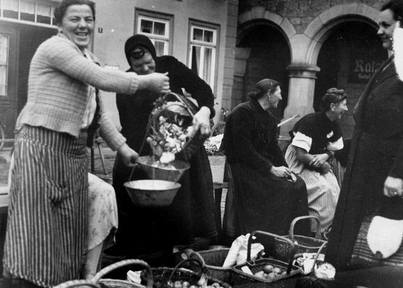 Frauen auf dem Wochenmarkt