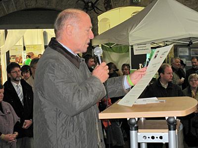 Bürgermeister Brombach verliest die Gründungsurkunde