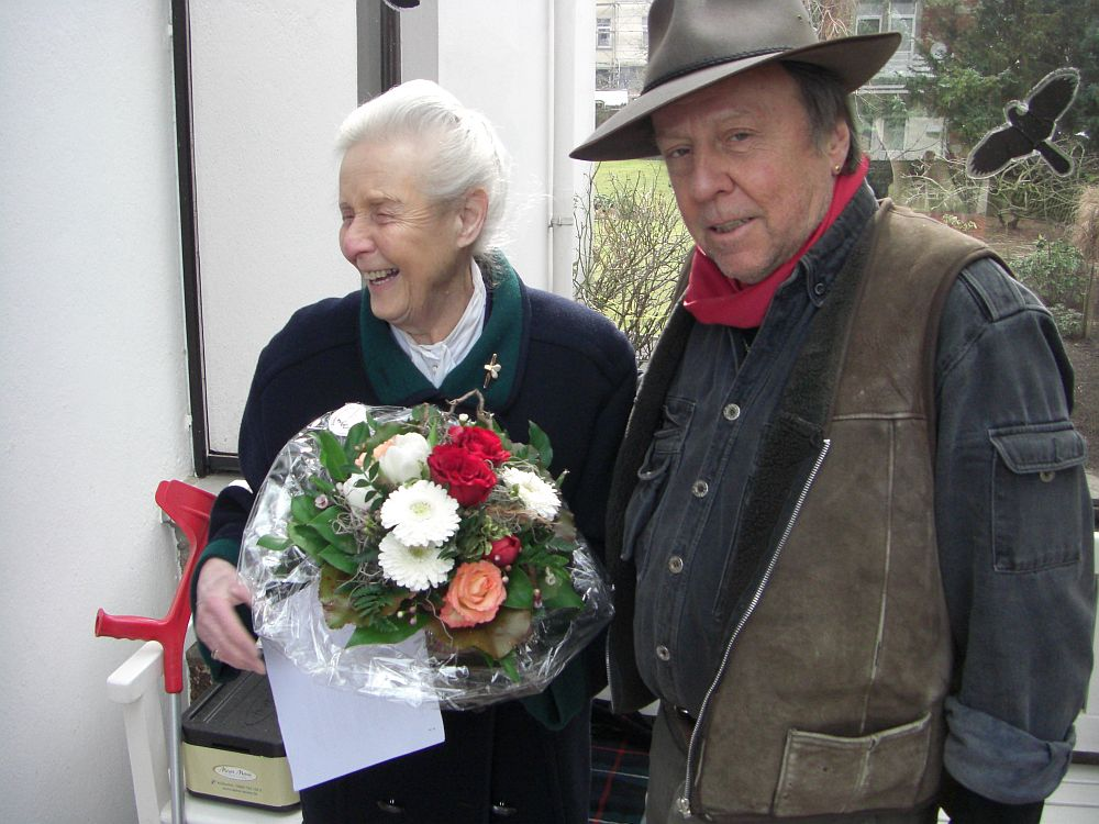 Heide Winkelmann, Tochter einer Überlebenden aus Theresienstadt, mit Gunter Demnig