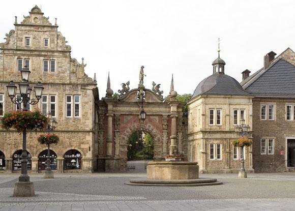Marktplatz-mit-Brunnen