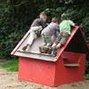 3 Jungen klettern auf einem Spielhaus