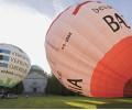 Heissluftballons vor dem Mausoleum